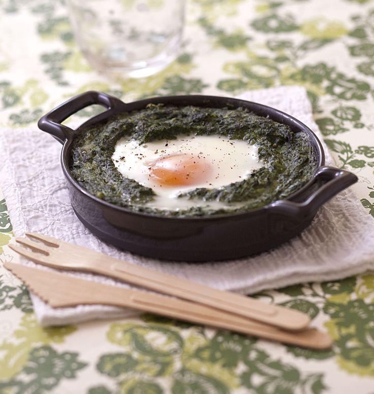 Oeufs à la florentine version sans lactose, avec une sauce béchamel végétale au lieu de la sauce mornay. Ajoutez du fromage pour la recette traditionnelle.