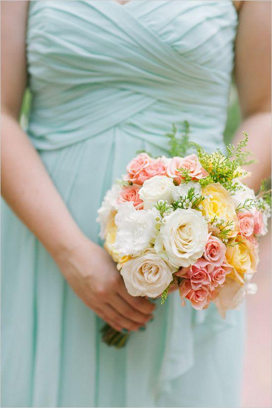 bridesmaid bouquet | peach and white bouquet | garden wedding ideas | diy wedding | #weddingchicks