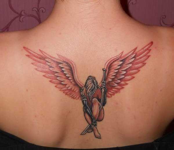 kadın sırt melek dövmesi