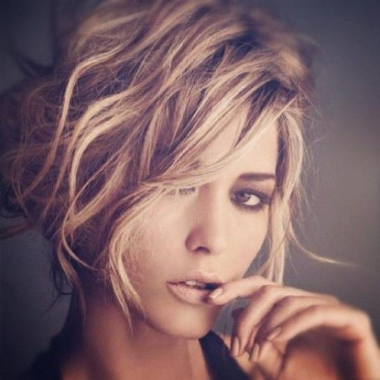 cheveux courts blonds et ondulés:
