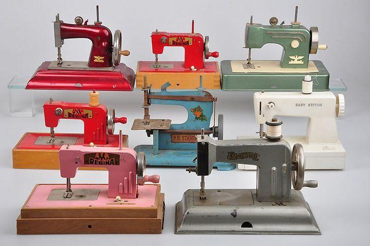 Konv. 8 Kindernähmaschinen, darunter 4x Regina, 2x Casige, 1x P.B. Standard, unterschiedliche Farbe — Puppenstuben Zubehör