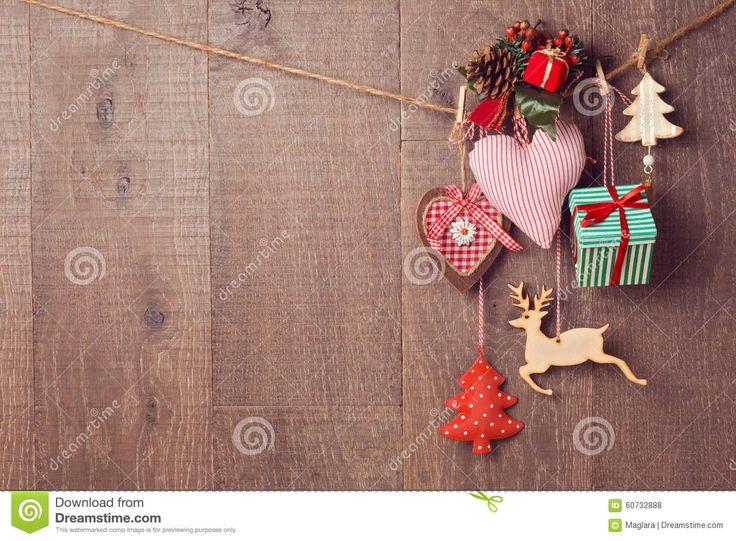rsticas de la navidad que cuelgan sobre fondo de madera con el espacio de la