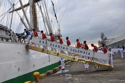 Los cadetes suben al barco para iniciar el largo viaje que servirá de complemento a su formación en las aulas.