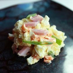 Салат с копченой курицей и картофелем. https://www.go-cook.ru/salat-s-kopchenoj-kuricej-i-kartofelem/  Рецепт настоящего домашнего салата, который не предполагает ничего, кроме как получения удовольствия в процессе потребления. Злоупотреблять этим угощением не рекомендуется — оно довольно тяжело для желудка. Рецепт салата с копченой курицей и картофелем. Время подготовки: 10 минут Время приготовления: 30 минут Общее время: 40 минут Кухня: Русская Тип: Закуска Порций: 6 Ингредиенты Копченые…