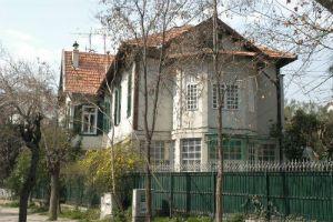W. Giraud'nun babası Türkiye'deki ilk pamuk tekstil fabrikasının kurucusudur. Giraud Köşkü 1994 yılında yağ ve deterjan fabrikası sahibi Küçükbay Ailesi tarafından satın alınmış ve o tarihten itibaren aile konutu olarak kullanılmaktadır.