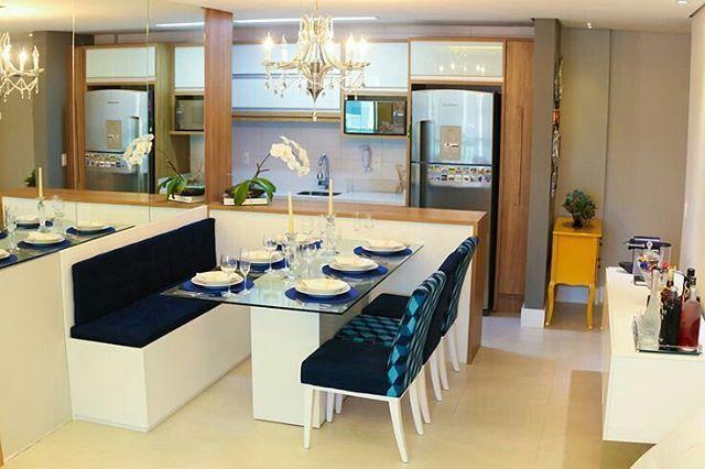Todo mundo aqui sabe que sou gamada em sala de jantar com canto alemão, não é? Então, eu fiquei apaixonada por esse ambiente! A sala de jantar integrada à cozinha americana ficou funcional e moderna, além de que a escolha das cores e acabamentos deixaram tudo ainda mais harmônico. Eu quero!   Pinterest  #blogmeuminiape #meuminiape #inspiração #apartamentospequenos #saladejantar #cozinhaamericana #desingdeinteriores #decoração