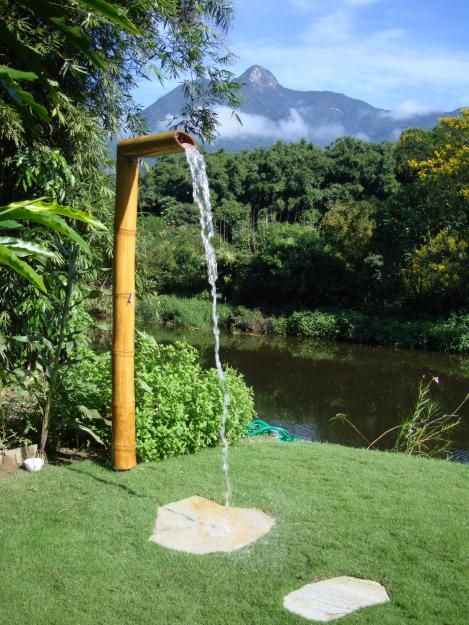 Ducha de bambu, visualmente agradable ya que sigue la linea del jardin, con diseño moderno, natural y funcional, da un agradable baño de cascada produciendo una sensación relajante.