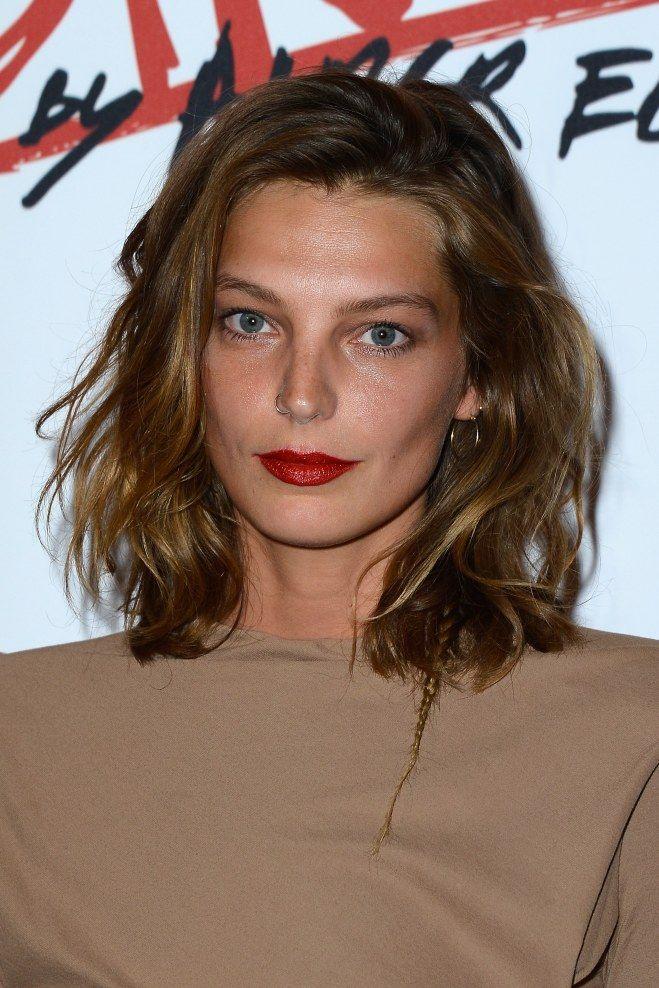 Pour illuminer votre coupe au carré mi-longue, pensez aux reflets. D'autres jolies coiffures dans le site.