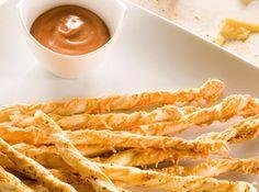 Reúna amigos e familiares para petiscar esse delicioso Palitinho Salgado com Queijo Ralado. Receita prática e muito saborosa! #aperitivo #snack #recipes #food