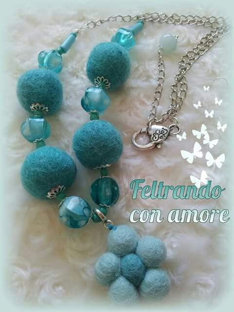 #collana con #perline #turchese , #palline di #feltro in tinta e fiorellino di feltro