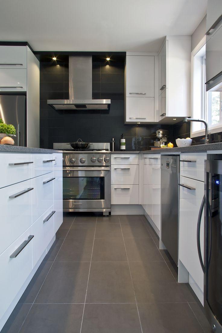 Cuisine contemporaine dans une construction neuve. Thermo plastique blanc lustré et comptoir de quartz.