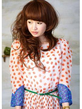 厚めバングと大ぶりのカールで少し個性的なロングヘアのアシメ。女の子も挑戦できる☆女子のアシンメトリーヘア一覧です!