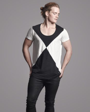 The Cameron & James Ake black and white t-shirt has contrasting body and sleeve panels with rounded tails. The round neck and loose fitting t-shirt is ideal all year round when you want to look and feel cool while staying trendy.