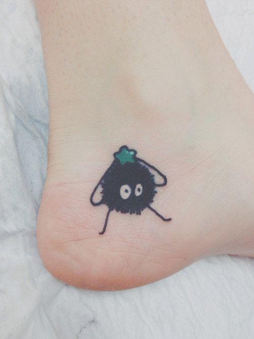 Este adorable duende de polvo de El viaje de Chihiro. | 27 Tatuajes de Studio Ghibli que traerán de vuelta a tu niño interior