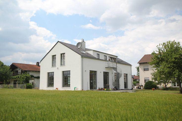Aus einer ehemaligen Autowerkstatt auf dem Land entstand in einem schlichten Industriegebäude ein Wohnhaus für eine junge Familie.