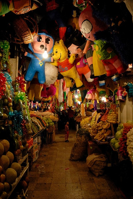 Piñatas en mercado mexicano
