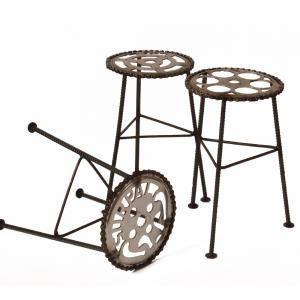 Kruk gemaakt door fietsenmaker in Peru. Basis is voorblad van fiets en precies de juiste hoogte om fietsen te repareren. Fair Trade