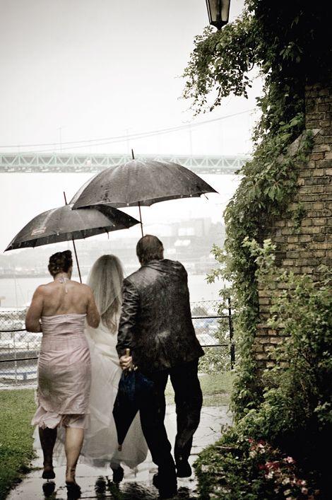 Fota bröllop kan vara nervöst och fallgroparna är många. Kamera & Bild följde med en av Sveriges populäraste bröllopsfotografer på en vigsel för att ta del av hennes tankar och tips.