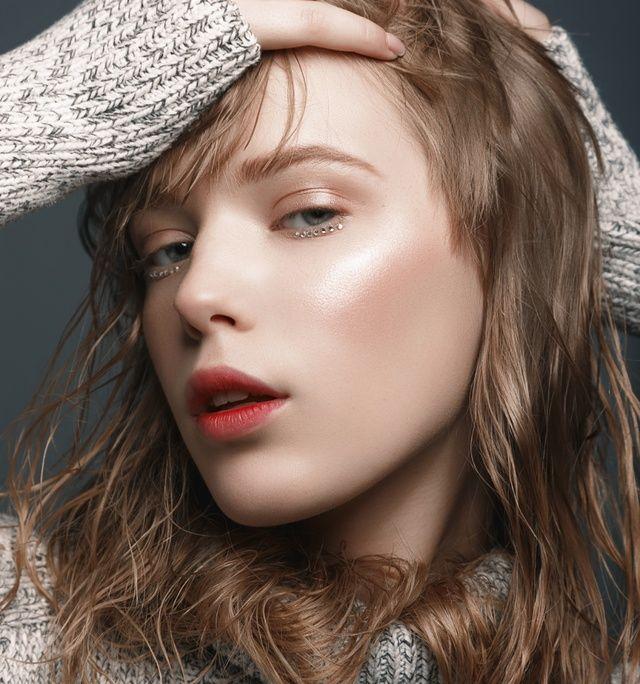 Strobing - konturowanie twarzy rozświetlaczem. Jak zrobić makijaż rozświetlający?
