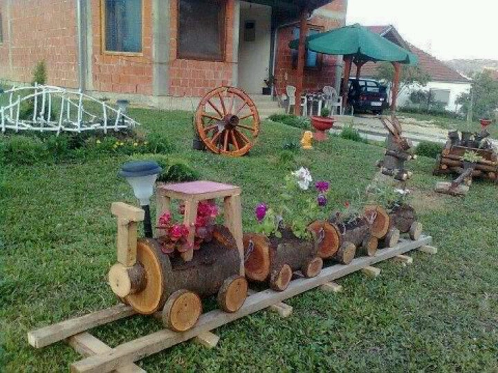A wooden train planter home ideas for the yard for Jardin que planter