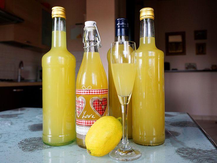 Ottima ricetta e molto facile per un limoncello fatto in casa con i fiocchi. Ottimo digestivo ed anche un'originale idea regalo.