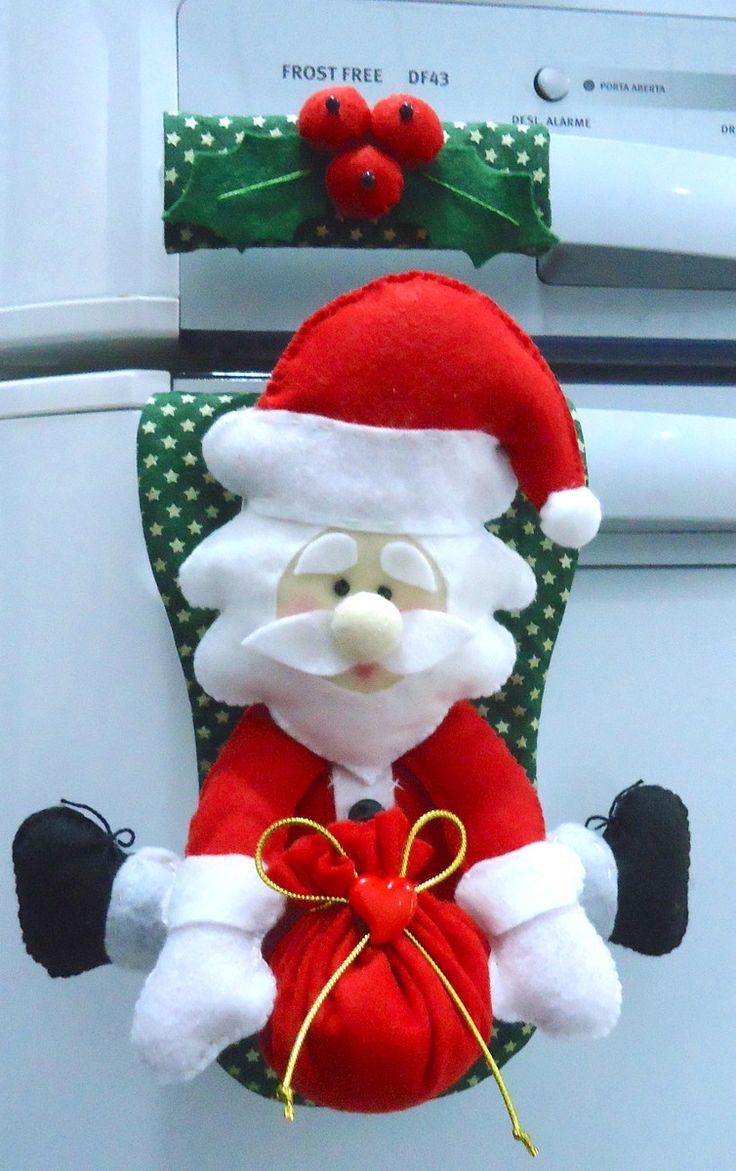 Confeccionado em feltro e tecido tricoline 100% algodão, com enchimento de fibra siliconizada antialérgica. Produto 100% artesanal, peça exclusiva, lavável. O Papai Noel mede 20X20 cm, aproximadamente. Acabamento com bagas e folhas de azevinho, também em feltro. O fechamento é feito com velcr...