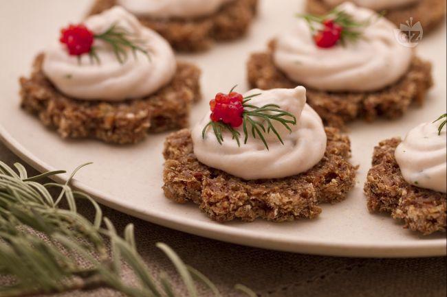 La mousse di salmone è un antipasto sfizioso e pronto in pochi minuti, ideale da servire su tartine di pane nero durante le feste natalizie.