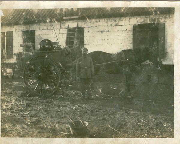 Tijdens het eindoffensief 1918 bemachtigde soldaat Dyonisius Scroyen het foto-album van Duitser Wilhelm Bogner, kanonnier Garde-Fußartillerie-Regiment. Lees meer: http://www.europeana1914-1918.eu/nl/contributions/5256 [fam. Scroyen/PCCE - HA21.101.501D.23]