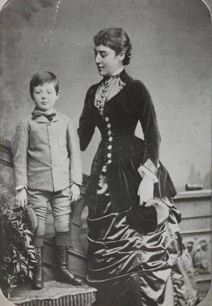 1880. Уинстон Черчилль позирует вместе со своей тетей Лесли в шестилетнем возрасте.