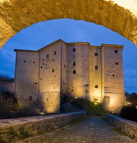 Ascoli Piceno - Dall'arco del Ponte del Diavolo il Forte Malatesta
