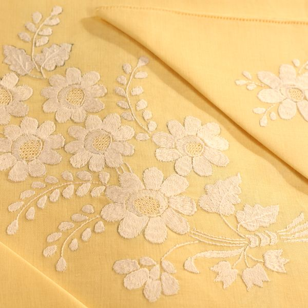 Finest linen hand embroidered tablecloth in pale yellow - 12 napkins - size 290x180cm - Cod. A0015
