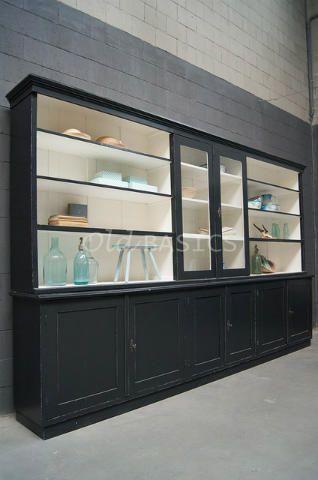 Winkelkast 10222 - Uniek oud exemplaar met een licht geleefde uitstraling. Het meubel heeft een zwart grijze kleur, met vaste legplanken. De kast bestaat uit twee horizontale delen.