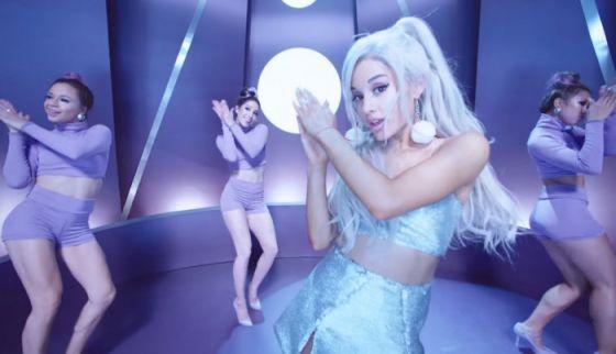 """Ariana Grande """"destroçada"""" com explosão em seu concerto e é obrigada a cancelar shows https://angorussia.com/entretenimento/famosos-celebridades/ariana-grande-destrocada-com-explosao-em-seu-concerto-e-e-obrigada-a-cancelar-shows/"""