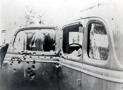 Así quedó el coche en el que Bonnie y Clyde murieron acribillados en 1934. Bonnie Parker y Clyde Barrow fueron unos famosos forajidos, ladrones y criminales de Estados Unidos durante la Gran Depresión.