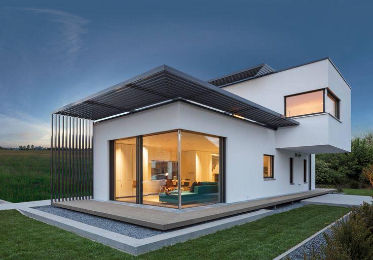 Du stehst auf den Bauhausstil und bist zudem daran interessiert energetisch optimal zu bauen? Dann sieh Dir einmal dieses Plusenergiehaus im Bauhausstil an. Es ist das LUXHAUS Musterhaus in München. Gleich von aussen wirst Du sehen, dass es etwas Besonderes ist. Es ist ein Haus, das den Bauhausstil noch etwas weiterdenkt und interpretiert. Die Idee