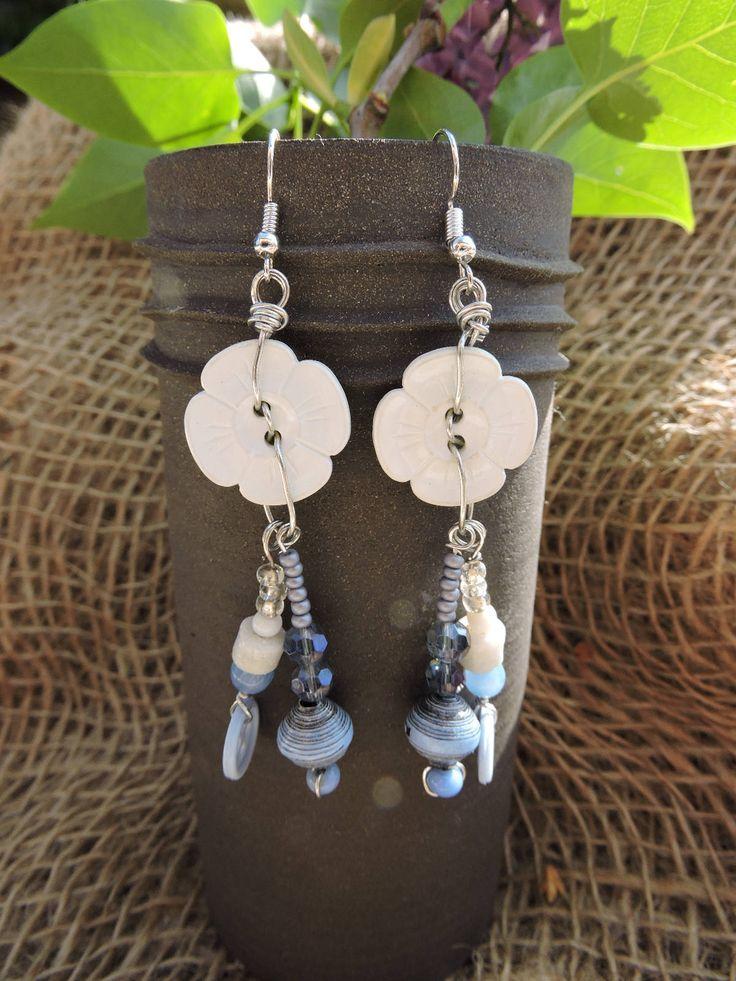 Boucles d'oreilles blanc, bleu, gris,materiaux récyclé