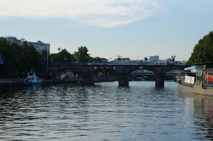 Im Saarland ist es das größte Fest. Das Saarspektakel in Saarbrücken direkt and er Saar. Kunst, Musik, Essen, Trinken und Spaß haben. Das Drachenbootrennen ist das Highlight der Veranstaltung. Hoffentlich spielt dieses Jahr das Wetter mit. #saarbrücken #saarland #saarspektakel #drachenboot #drachenbootrennen