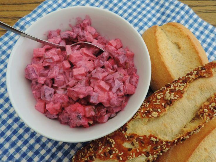 De haring salade met rode bietjes is een echt klassieker maar zeker niet minder feestelijk. De stukjes appel en augurk geven deze salade een heerlijk frisse tint