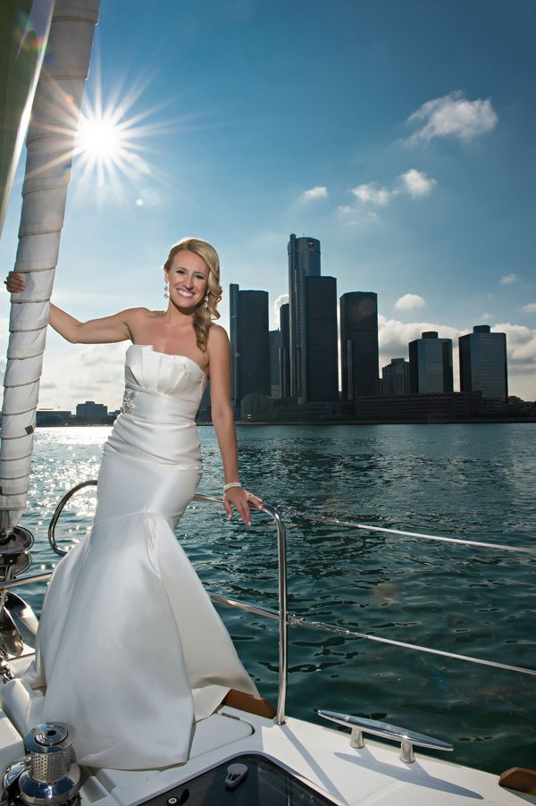 Arriving in style to this Downtown Detroit wedding | Photo: Kellie Saunders Photography