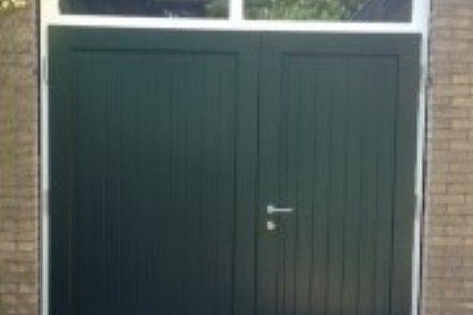 Houten Deuren Nederland | Referenties houten garagedeuren. In Harderwijk hebben wij oude houten garagedeuren vervangen door nieuwe deuren met nieuw kozijn en bovenlicht met HR++ isolatieglas.