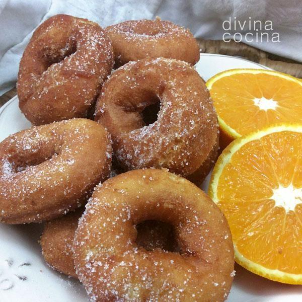 Esta receta de rosquillas de naranja es muy antigua, y proviene del Aljarafe sevillano. Las cantidades son para una bandeja grande de rosquillas.