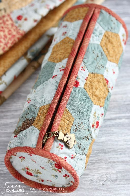 A gorgeous little quilted hexie pencilcase. The page is in Russian but Google translate makes it just about intelligible.