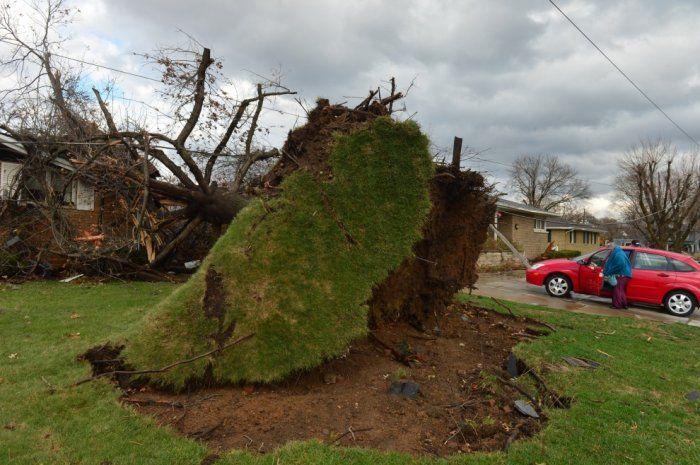 Tornado devastano gli Usa, Illinois in ginocchio Decine di trombe d'aria hanno raso al suolo abitazioni e sradicato alberi e pali della luce. E ora si teme per New York
