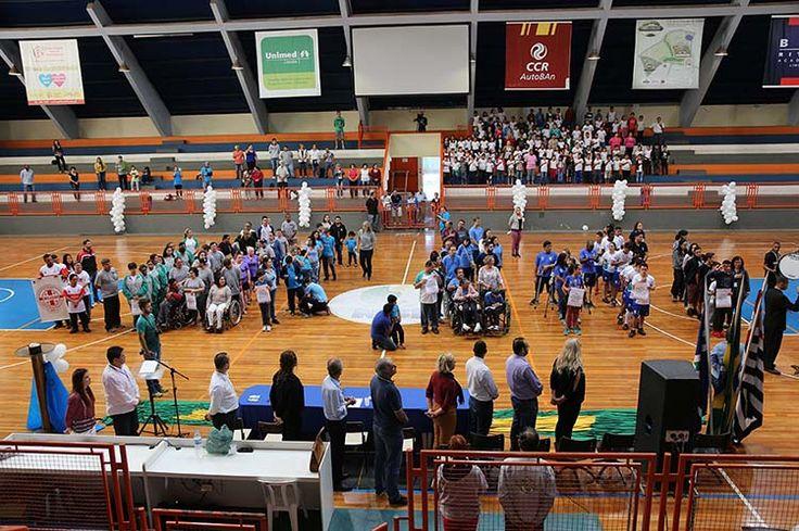 Uma cerimônia emocionante marcou a abertura dos Jogos Municipais Adaptados, na manhã de hoje (12), no Ginásio de Esportes Vô Lucato