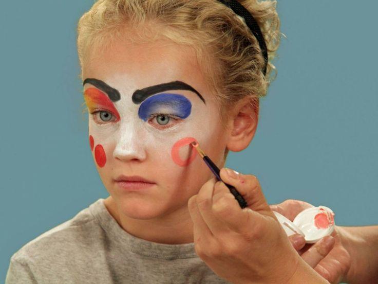 trucchi-per-halloween-viso-bambina-base-bianca-cerchi-rossi-sopracciglia-nere