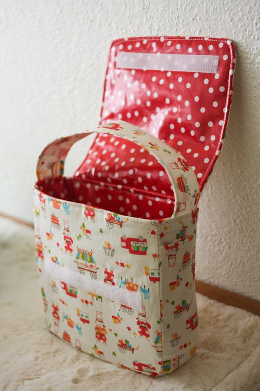Cute blog about sewing. This page has link to a lunch bag from Gingham Patterns.