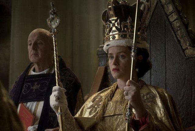 Lançada nessa sexta-feira (04.11), a série The Crown já virou hit na Netflix. Em seus 10 episódios, a produção narra a história da rainha Elizabeth II, do seu casamento até a saída de Winston Churchill do parlamento. Com orçamento de US$ 130 milhões (mais de R$ 400 milhões), a empreitada é considerada a mais cara da plataforma. A cifra pode ser explicada pela profusão de detalhes: das peças de roupa à mobília, tudo visto na tela é fiel (ou convence ser) ao estilo de vida da realeza…