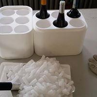 Opakowanie sześciopak na sześć butelek wina. Opakowanie można wykorzystać również dla siebie wyjeżdżając na weekend poza miasto, na grilla do znajomych lub imprezę. Po wsypaniu suchego lodu można mieć pewność ze wino będzie chłodne przez dłuższy okres czasu. Więcej => https://www.facebook.com/media/set/?set=a.1396335870430943.1073741850.420625448001995&type=3