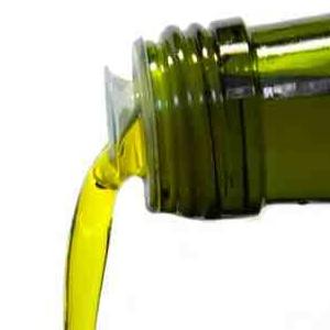 Spośród tłuszczy, które spożywamy na co dzień najlepszym wariantem jest oliwa z oliwek. Jest wartościowa, a zasługą tego są zawarte w niej aromaty. Według badań naukowców to one dają największe uczucie sytości.    Takie informacje dostarczył Uniwersytet Techniczny w Monachium i Uniwersytet Wiedeński. Kliknij w zdjęcie i czytaj dalej!