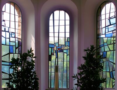 Freie Komposition  Egon Becker , 1968  drei Fenster im Chorraum  Antikglas/Blei